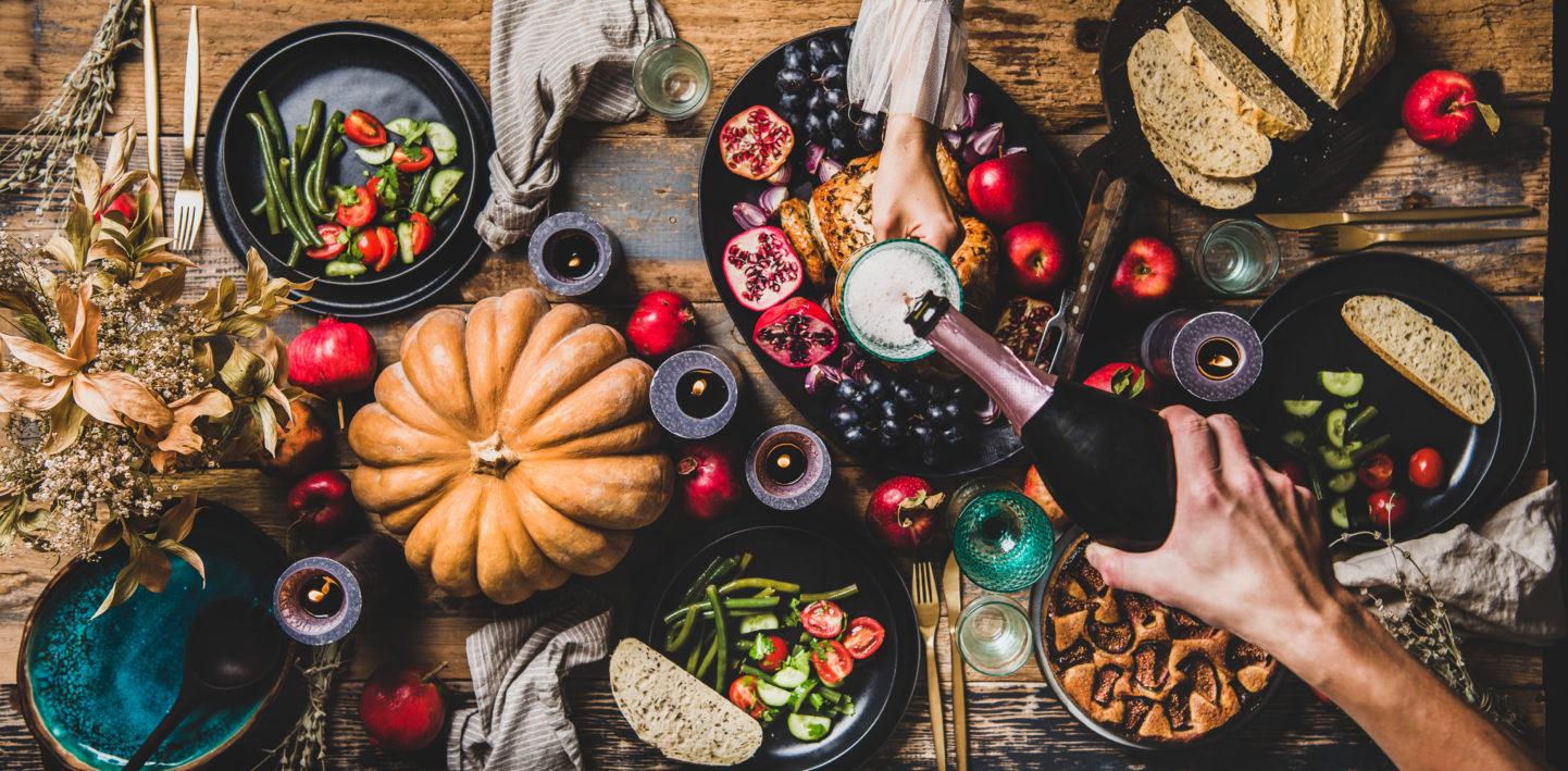 Jesienna kolacja zkieliszkiem wina
